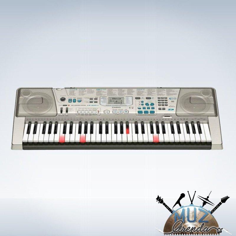 синтезатор встроенная акустика клавиш: 61, невзвешенные, с подсветкой количество тембров: 514 функция обучения интерфейс USB для подключения к ПК компактный корпус с подключаемыми педалями 960x146x375 мм, вес 5.6 кг питание от батареек/аккумуляторов